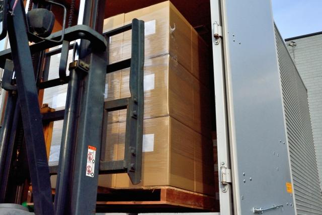 トラック荷積み